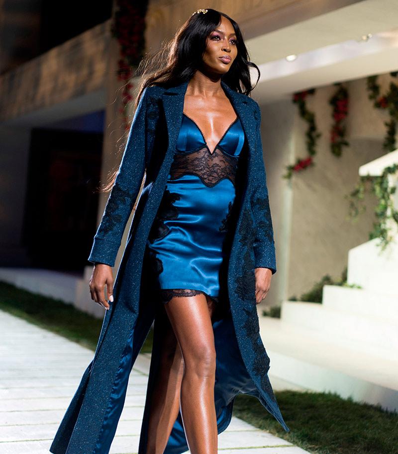 Naomi Campbell abrindo o show para La Perla